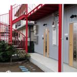 赤いらせん階段とガルバリウム外壁と白い床タイル、即満室でした
