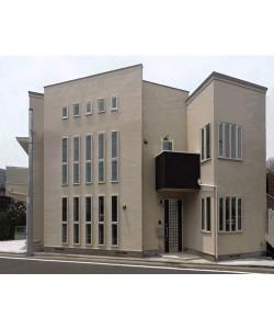 上下階の2世帯住宅。 交通量の多い通りに面するため、縦長窓を多用しました。