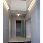 玄関は大吹抜、光を遮断しないポリカ板で壁をつくりました。