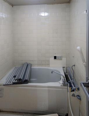 浴槽のお湯と、なんと洗濯機の排水ま洗い場に垂れ流し・・・でした