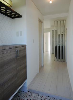 玄関収納の造りと照明と仕上げ材の選択で、「玄関ホール」になりました