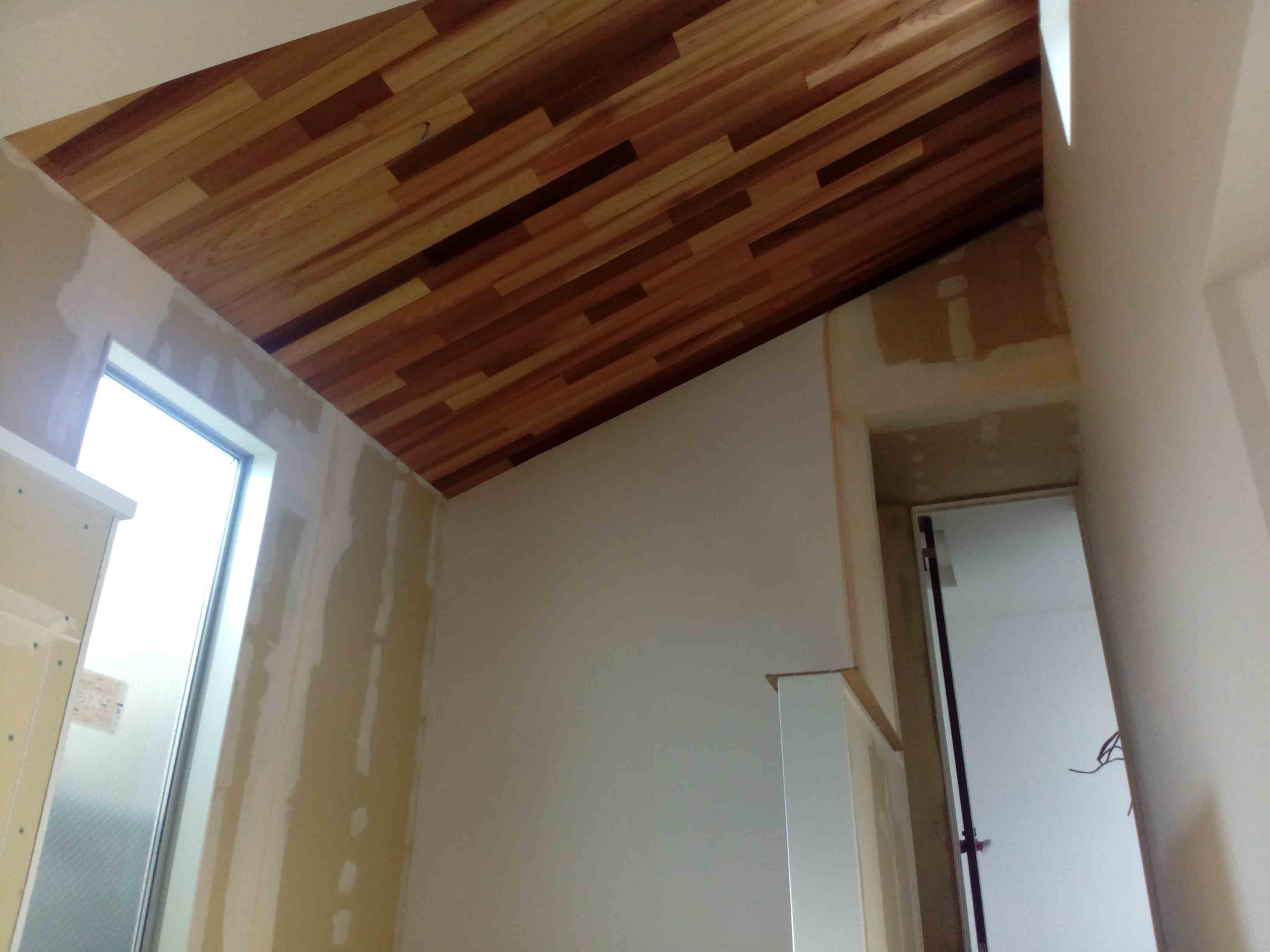 天井に羽目板貼