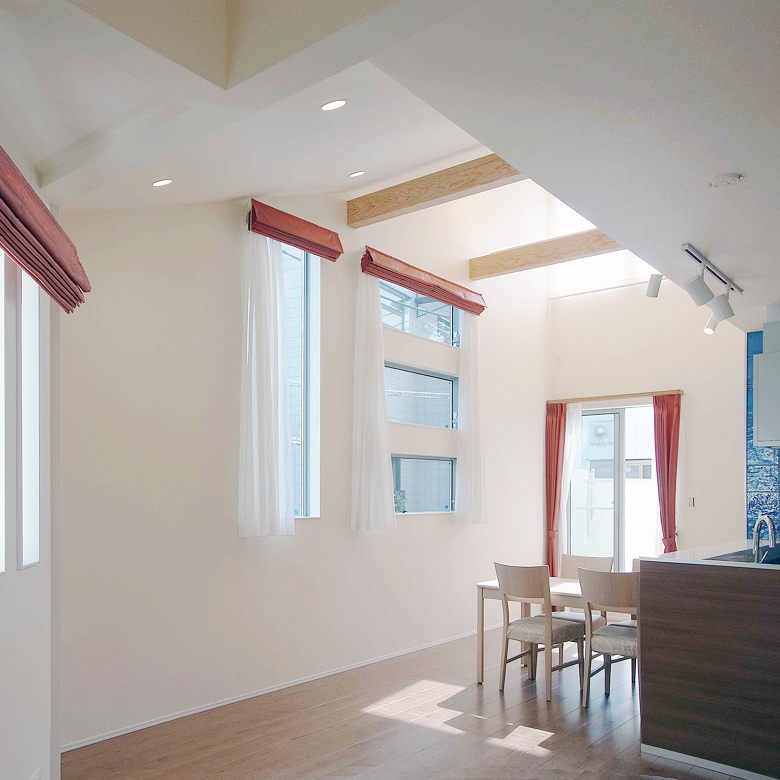 スキップフロアは時に高い天井を自然発生させます