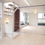 オープン階段が部屋を広く感じさせる