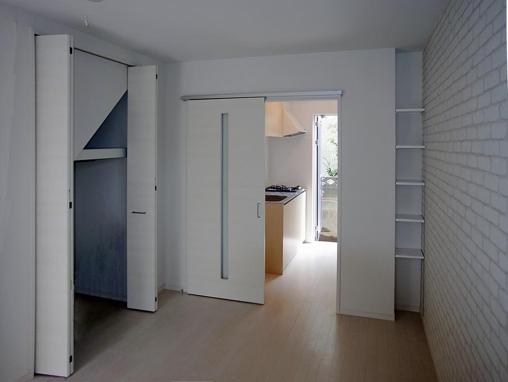 賃貸住戸の居室。収納も細かく工夫。奥の通風勝手口ドアで南北に風が通り抜けます。